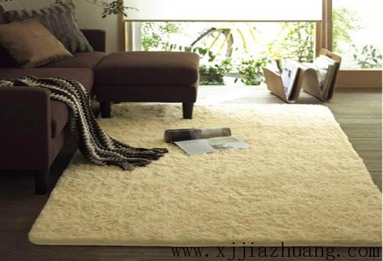 纯毛地毯:其质感非常突出,弹性好、吸收噪声、不反光不刺眼,豪华舒适,隔热隔寒不易老化,装饰效果理想,但应考虑防蛀虫、防腐烂的问题,分手织与机织两种,前者价格较贵,后者便宜一些,一般在21~100元每平方米之间。 混纺地毯:由毛纤维及各种合成纤维混纺而成,色泽艳丽,易清洁,可以克服纯毛地毯不耐虫蛀及易腐蚀,价格在28~80元每平方米之间。 化纤地毯:以丙纶、纤维为材料材料,再与磨布底层加工制成,触感似羊毛,行走舒适、耐磨耐燃、色彩鲜艳、重量轻、防静电、防虫蛀,即可摊铺,也可粘铺,是目前用量最为普及的地毯品
